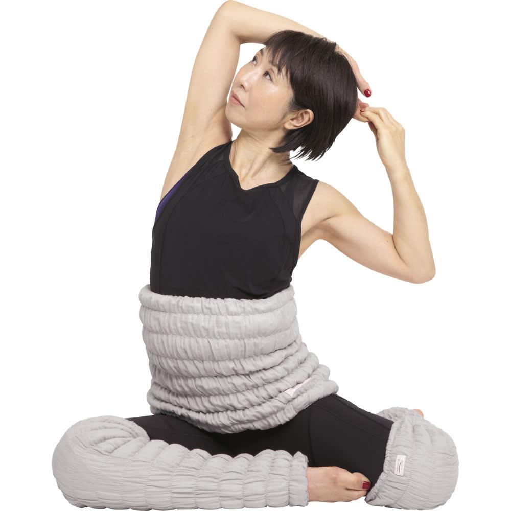 イオンドクター ボタニカルカラー ロングレッグウォーマー 2本組 寝る前のストレッチ ひじから体側を伸ばす 横座りになり、右手のひらを上に向け、頭の後ろで左手をにぎります。息を大きく吸って吐きながら、左手で右手を引っ張り、右の体側を伸ばします。反対も同様に。
