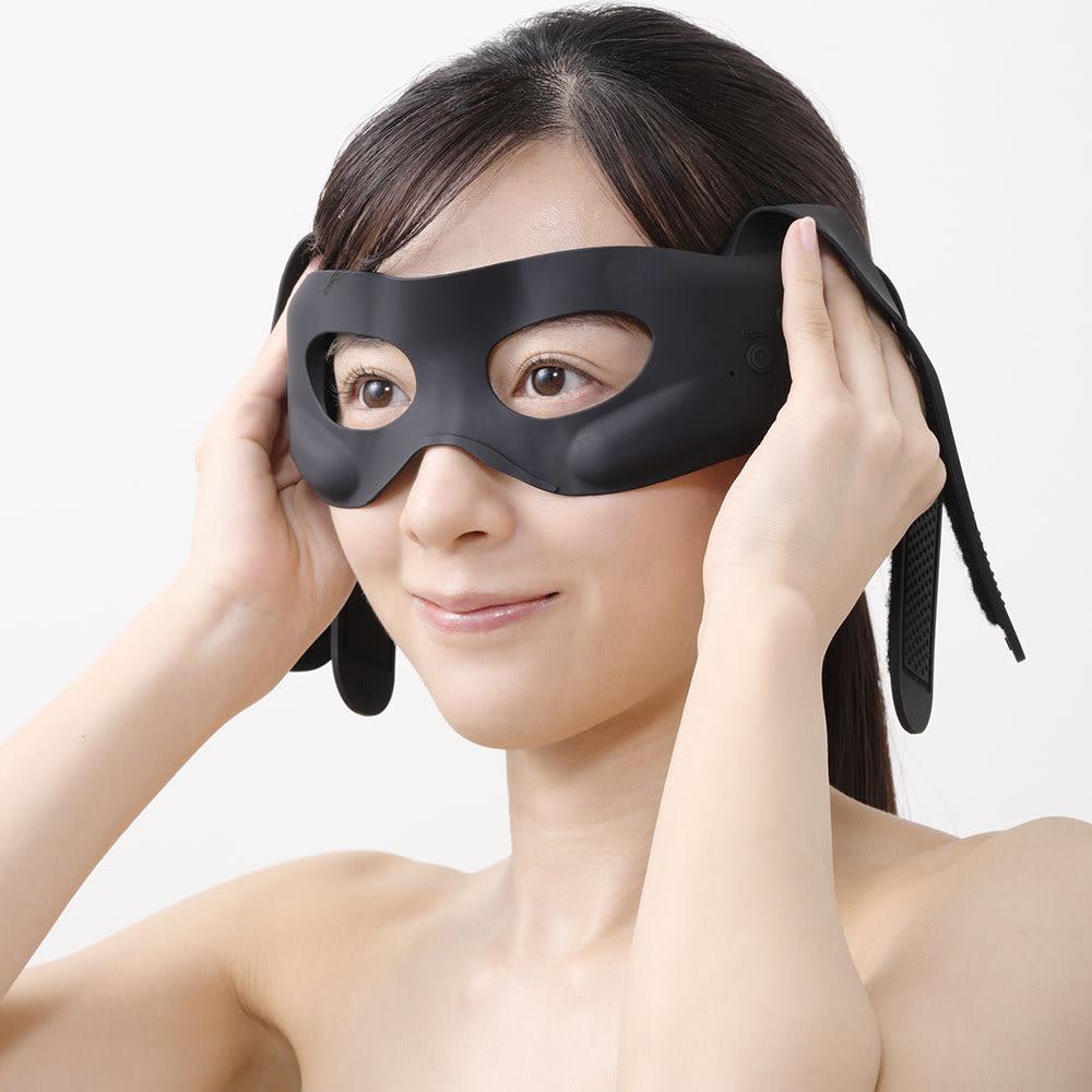 メディリフト アイ(目もと専用美容器)│ヤーマン YA-MAN Medi Liftシリーズ 使い方(2) シリコーンマスクのアイホール部分を下まぶたのきわに合わせます。