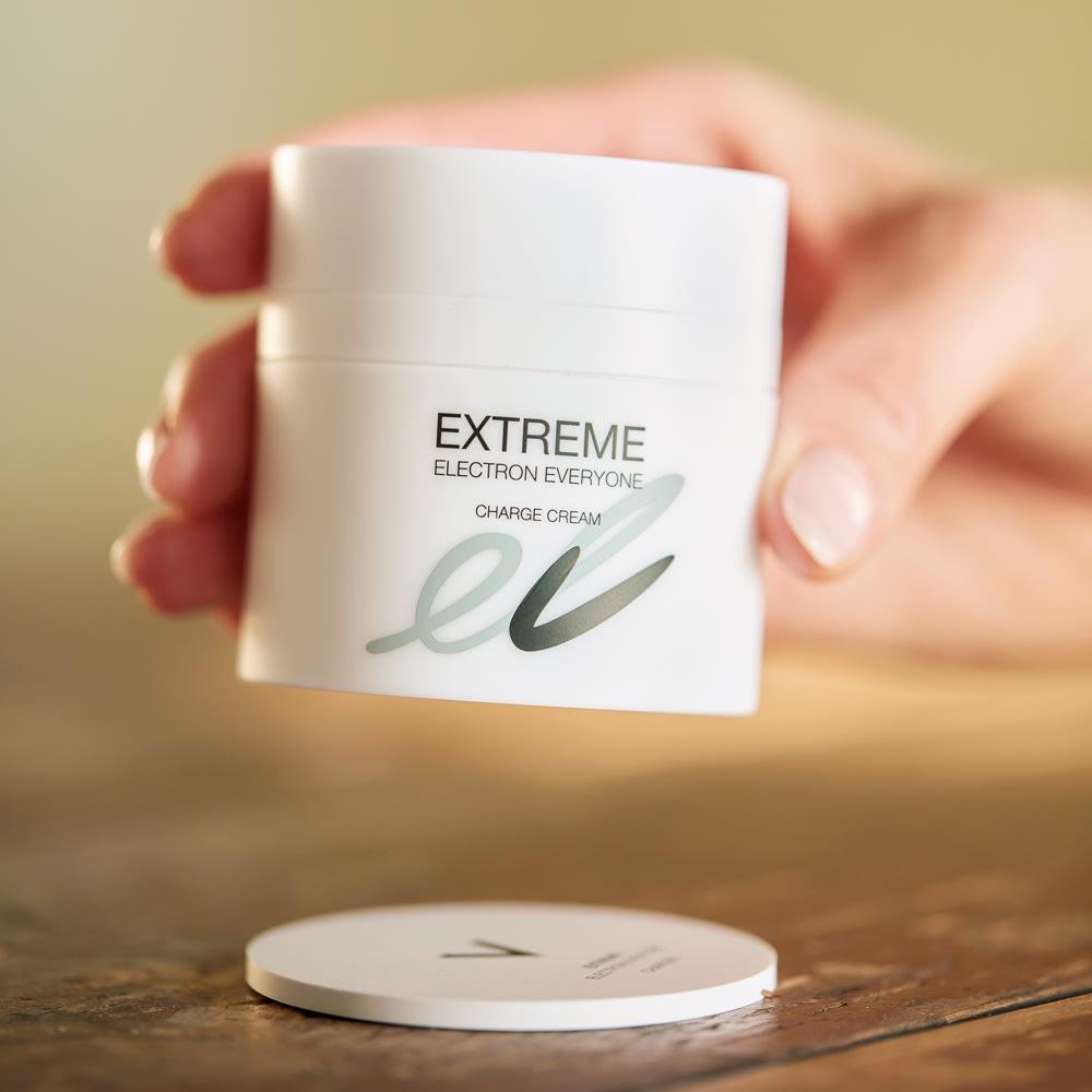 エレクトロンチャージクリーム EXTREME ELECTRON EVERYONE EXTREME CHARGE CREAM 50g 半導体パウダーを練り込んだチャージャー(円形プレート)の上で保管を。アルガンオイル※2をはじめ植物成分豊富で、たっぷりの潤いと栄養を肌にフレッシュに届けます。ゼラニウム※3の上品な香りに包まれる至福のケアを。 ※2 保湿成分 ※3 芳香成分