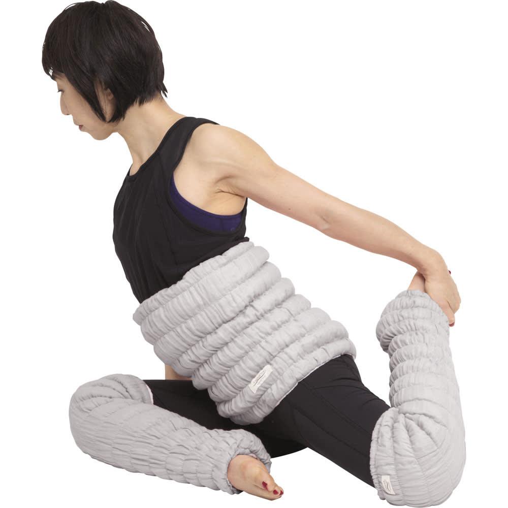 イオンドクター ボタニカルカラー ウエストウォーマー 寝る前のストレッチ ももの前を伸ばす 膝を曲げて座り、左足を後ろに伸ばして左手でつま先を持ちます。息を大きく吸って吐きながら、左ももの前を伸ばします。反対側も同様に行います。