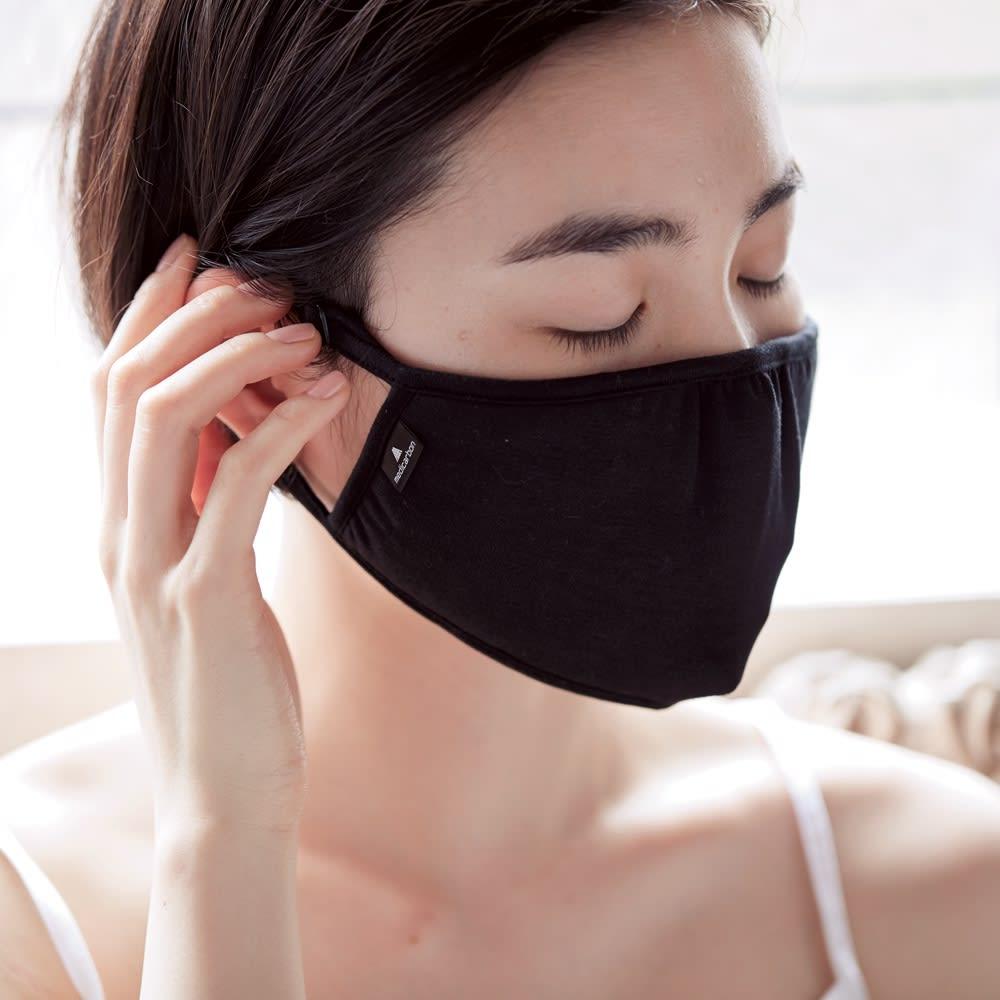 メディカーボン アイマスク 耳ひもは柔らかくて長さの調整ができるので、耳が痛くなりにくく、好みのフィット感に調整が可能。 ※写真はリフチャレマスクです。