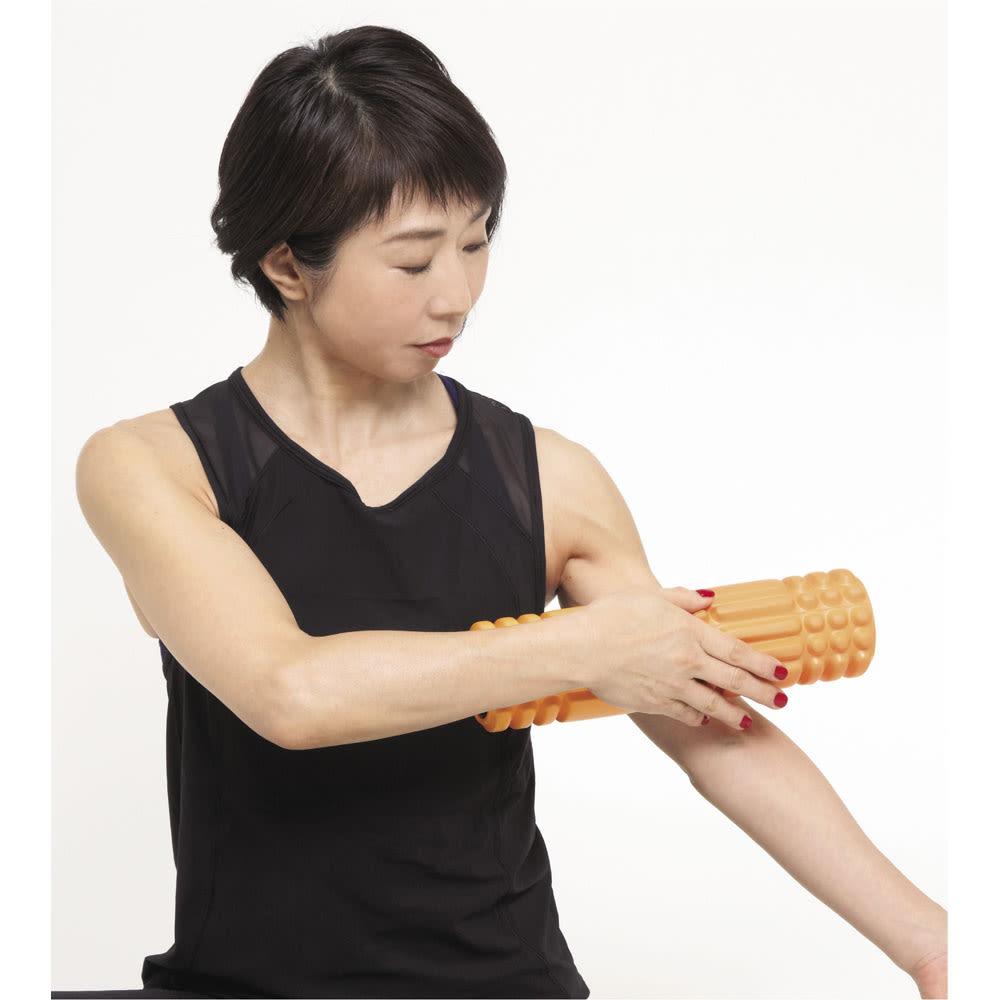 DOCTOR AIR/ドクターエア 3Dマッサージロール MR-001 上腕と胸 腕の付け根からひじまでゆっくりと移動(1)。ひじまで来たら付け根に戻り、胸と鎖骨の間を横に往復するように動かします(2)。骨の上は痛いので外すようにします。