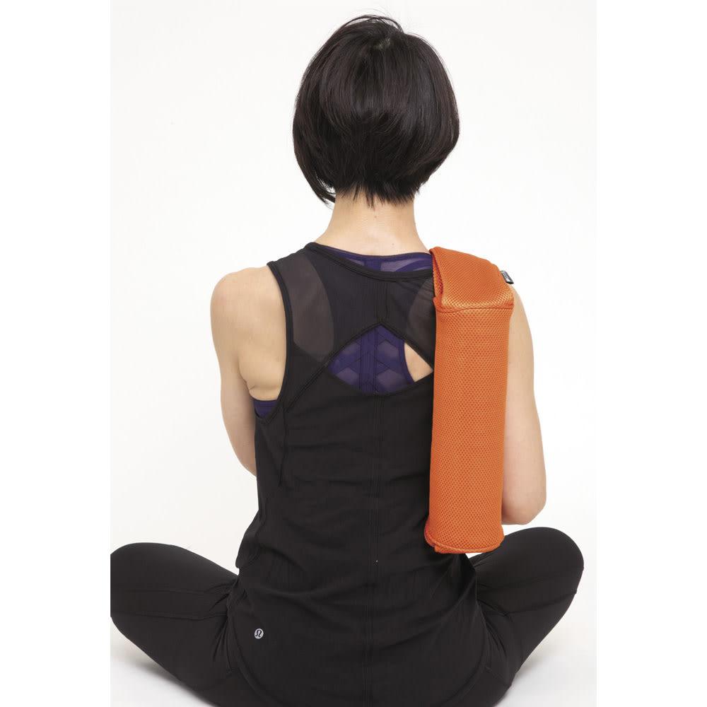 DOCTOR AIR/ドクターエア 3Dマッサージロール MR-001 肩 付属のアシストカバーを付け、背中に担ぐようにして、肩甲骨と腕の付け根の間に。ここが硬いと前肩になりやすいのでしっかりと。