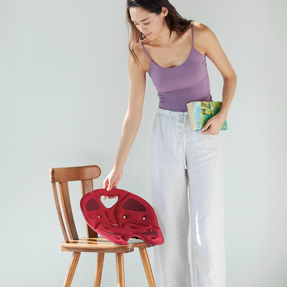 バックジョイ メディコアリリーフ レギュラー (イ)ワインレッド  正しい座り位置は、仕事や学習効率アップにも◎。あらゆる椅子にフィットしやすい形状で、車の座席や床置きもOK。