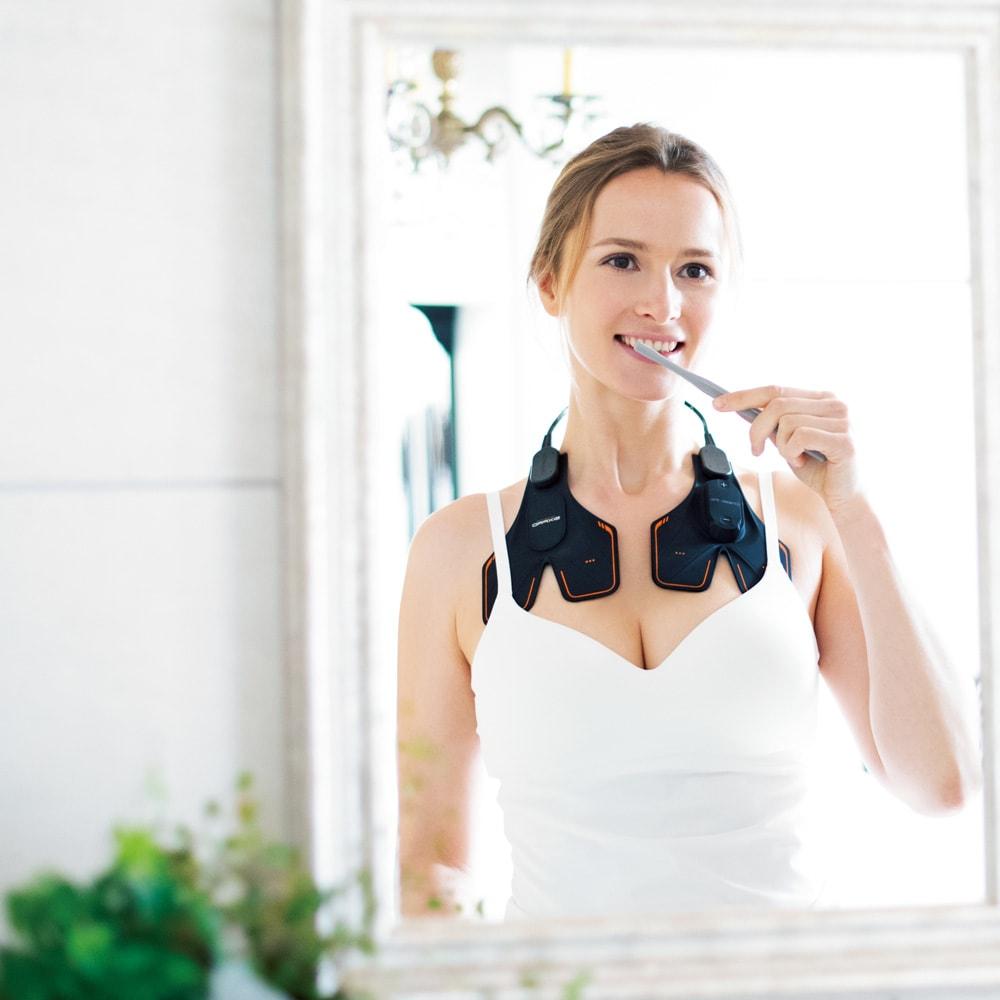 """【送料無料】SIXPAD/シックスパッド Chest Fit(チェストフィット) ながら筋トレでバストケア 左右同時にトレーニングでき、使い方も手軽。暮らしに組み込んだ""""ながら""""トレーニングなら、毎日続けやすいですね。鏡を見ながら、筋肉に意識を向けて使うのが○。胸が開いた正しい姿勢を保つことで、さらに筋トレ効果アップ!"""