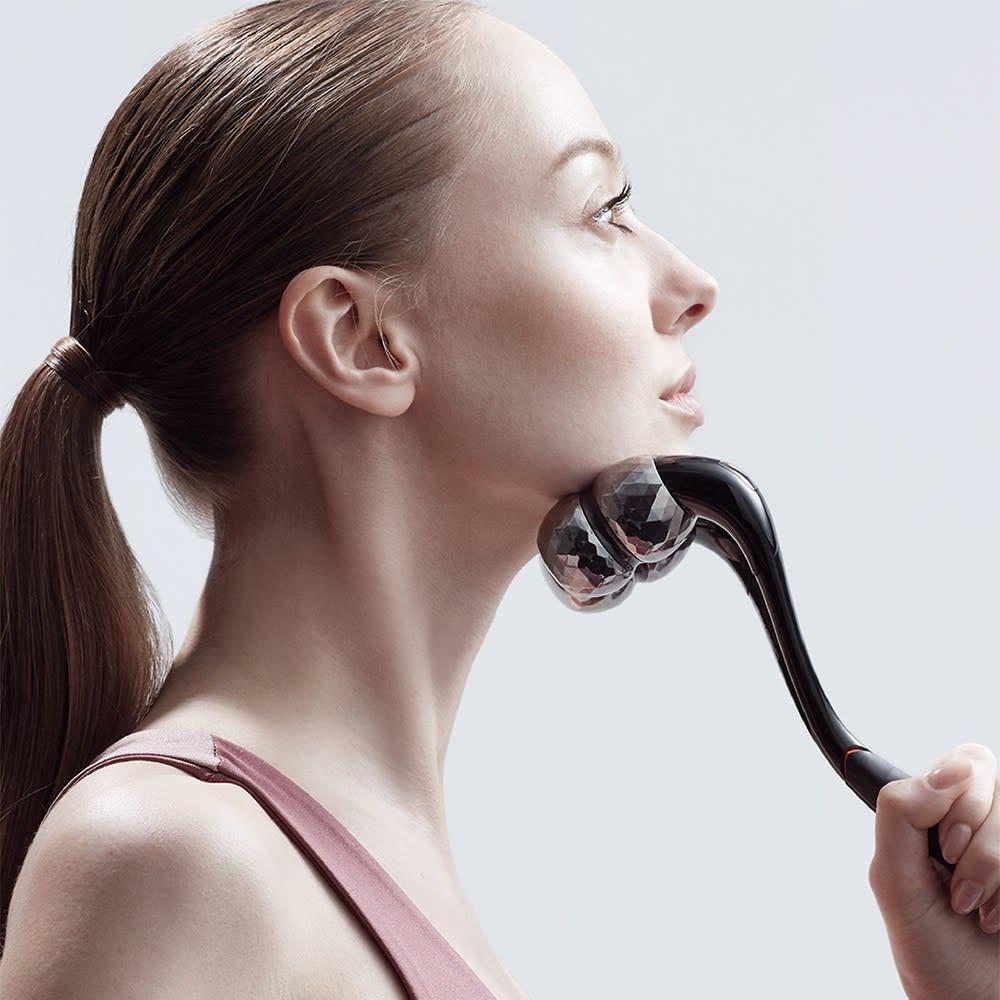 SIXPAD/シックスパッド フェイシャルローラー [フェイスラインストレッチ] 日常的に繰り返される「話す」「食べる」「笑う」といった顔の動作で疲れた筋肉にアプローチして押し流し、バランスの整った自然な表情へと近づけます。 ・STEP 1 顎に当てる