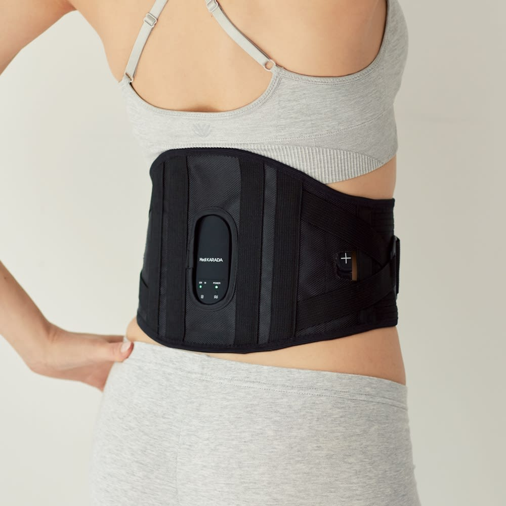 Medi KARADA/メディカラダ 腰用EMSサポーター 安心のサポート力!こだわりのボーン&ベルト 普段は薄手&軽量のサポーターとして、洋服の中に着用できる『メディカラダ』。装着簡単なベルトタイプで、かがんだり歩いたりしやすい構造です。EMSトレーニング時は、同時にヒーターで温めればケア効率アップも期待!
