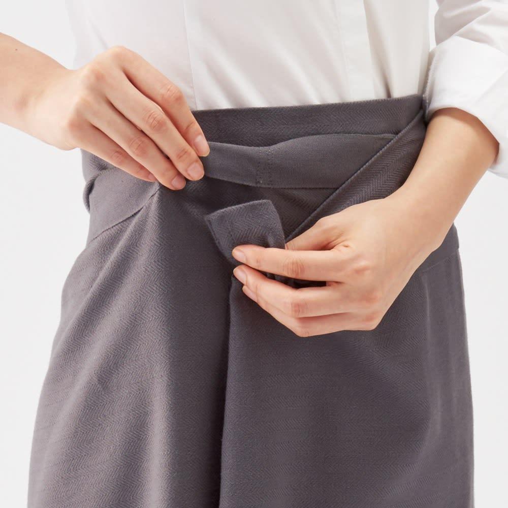 ヘリンボーン地のジャイアントキッチンタオル エプロンにする時は、タオルの端をループテープに通すだけ。これだけでしっかり固定でき、巻きスカートのように身に着けられます。