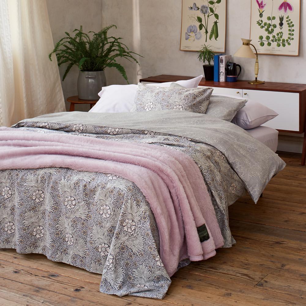 ピュア・モリス ウールマイヤー毛布 [コーディネート例] (イ)ピンク ※お届けは毛布です。