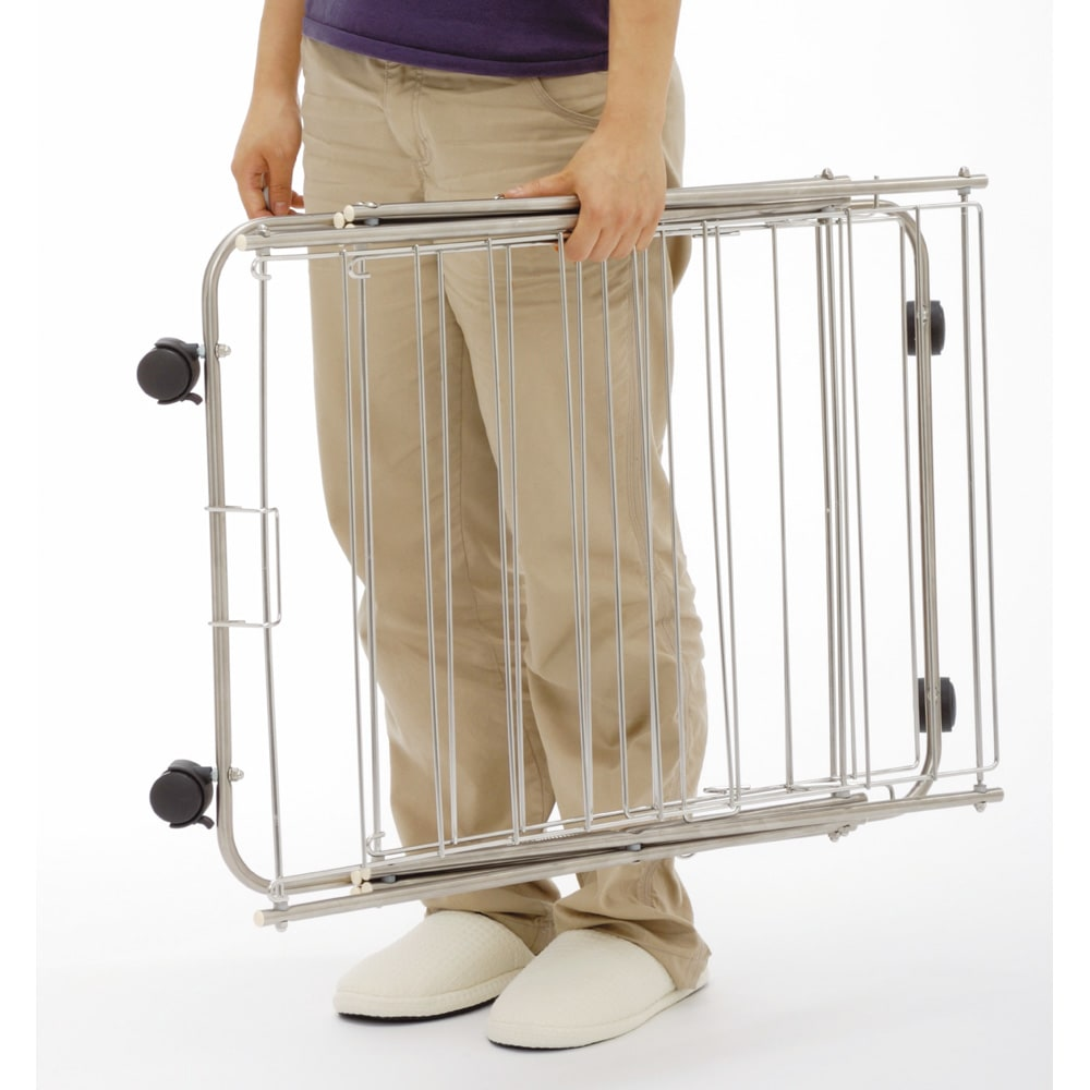 室内用たためるランドリーラック 幅57高さ91cm 2段  3.3kg、と軽いので、女性でも持ち運びがラク。