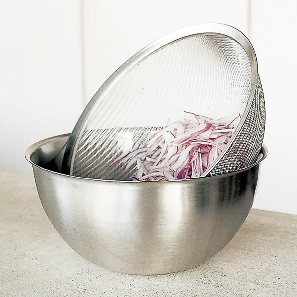 有元葉子のラバーゼ ボウルセット 脚をボウルのふちにひっかけて、野菜や米の水切りも。