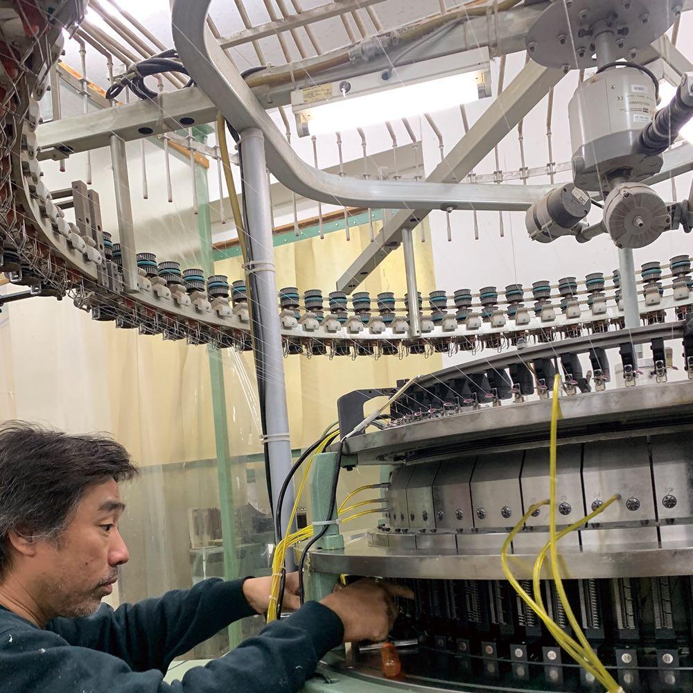 伸縮する二重ガーゼの半袖短パンパジャマ 下:こちらで使用している綿花 ニット織りができる数少ない日本の工場で丁寧に織り上げ、縫製も日本で行っています。