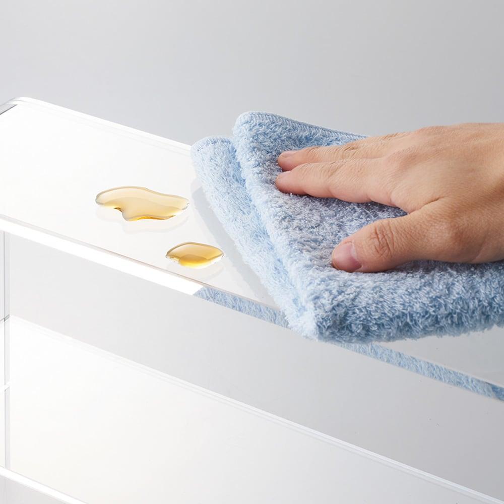 アクリルのスパイスラック 液体などの汚れもサッとひと拭きできれいに。