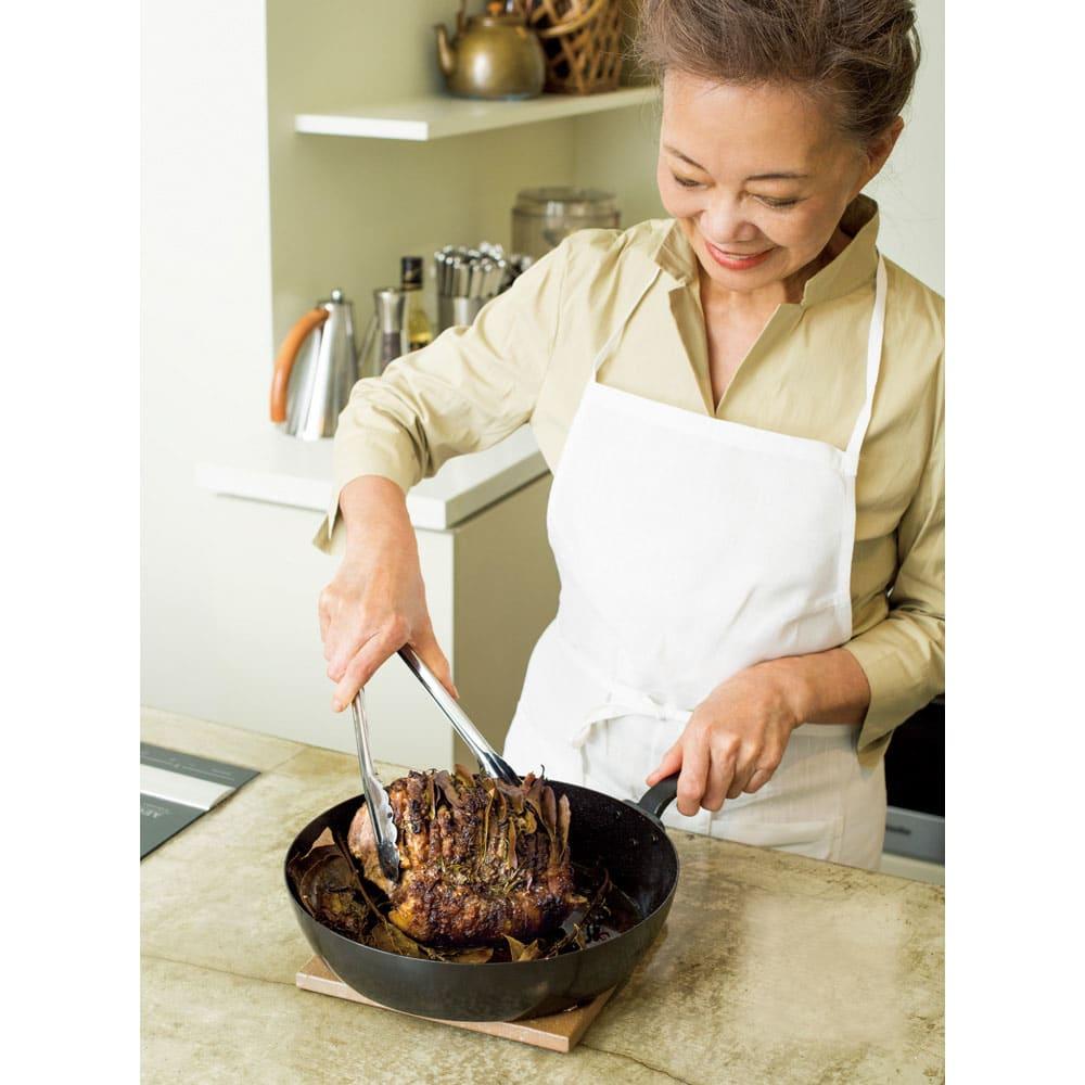 有元葉子の鉄のフライパン 片手径26cm 「使い心地のよい道具はお料理をラクに、おいしくしてくれます。この鉄のフライパンがまさにそう!」 ふだんの食事も、おもてなしも、あっという間においしいものを作ってしまう有元さん。「使い勝手のよい、ストレスのない道具があってこそです」 料理研究家 有元葉子さん