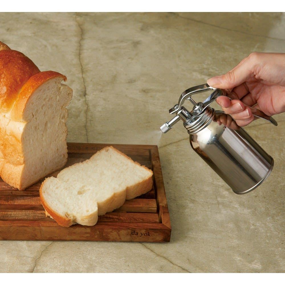 ワイドに広がる微細霧吹き器 焼く前の食パンに使って、その後トーストするとカリッと焼きあがります。