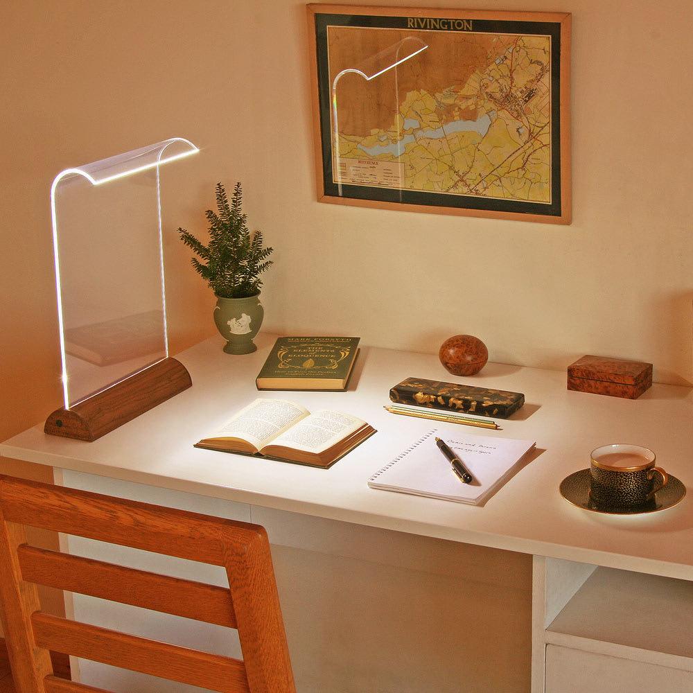 LEDデスクライト Glowide 木目タイプ コーディネート例(ア)ウォールナット