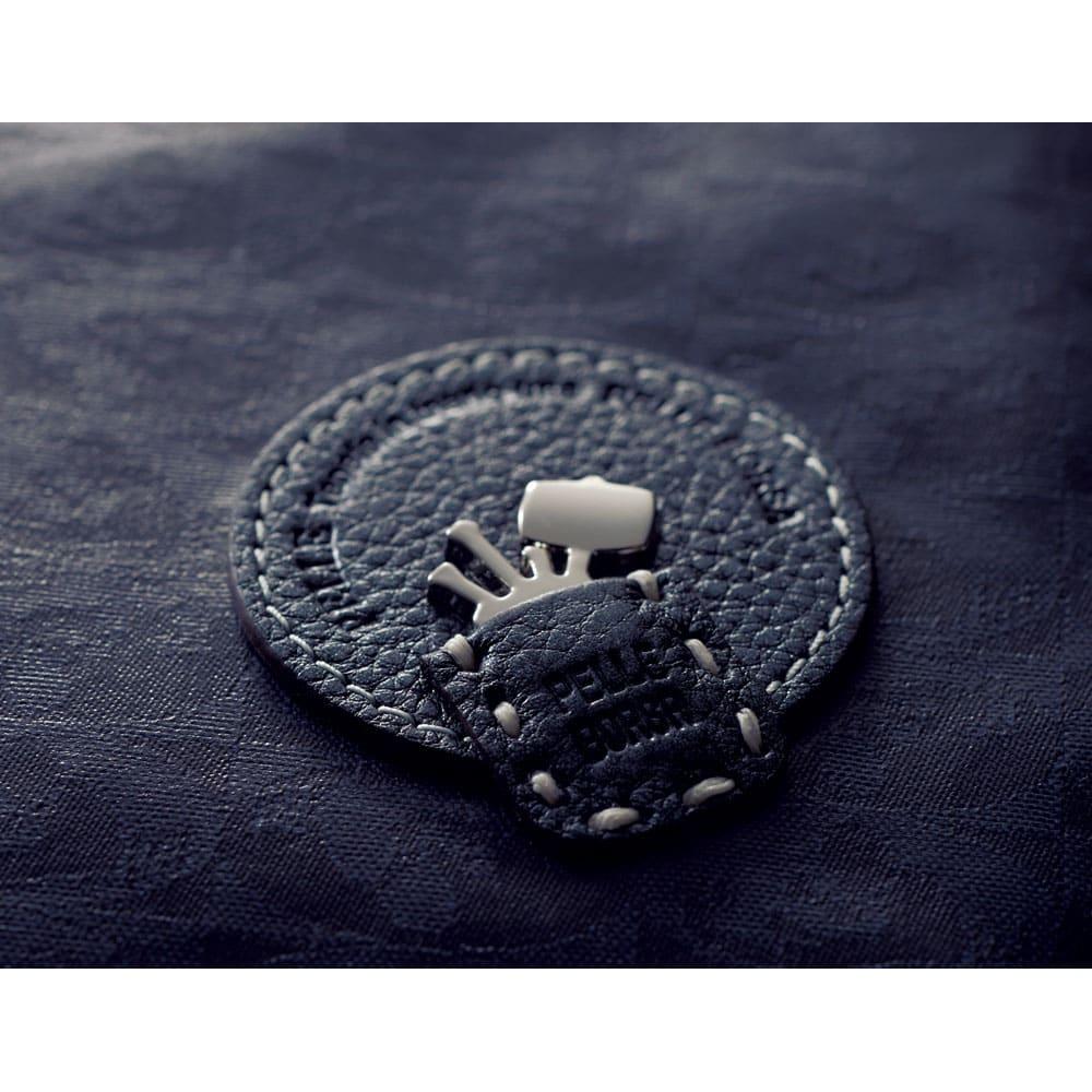 PELLE BORSA/ペレボルサ〈アライブ〉 はっ水トラベルボストンバッグ ブランドのロゴマークは、職人たちがバッグ作りに使うツールをデザインしたもの。クラフツマンシップへの強いこだわりが感じられる。