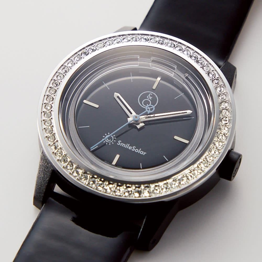 シチズン Q&Qスマイルソーラー時計 文字盤部分には60石のスワロフスキー(R)・クリスタルをあしらい、華やかな印象に。