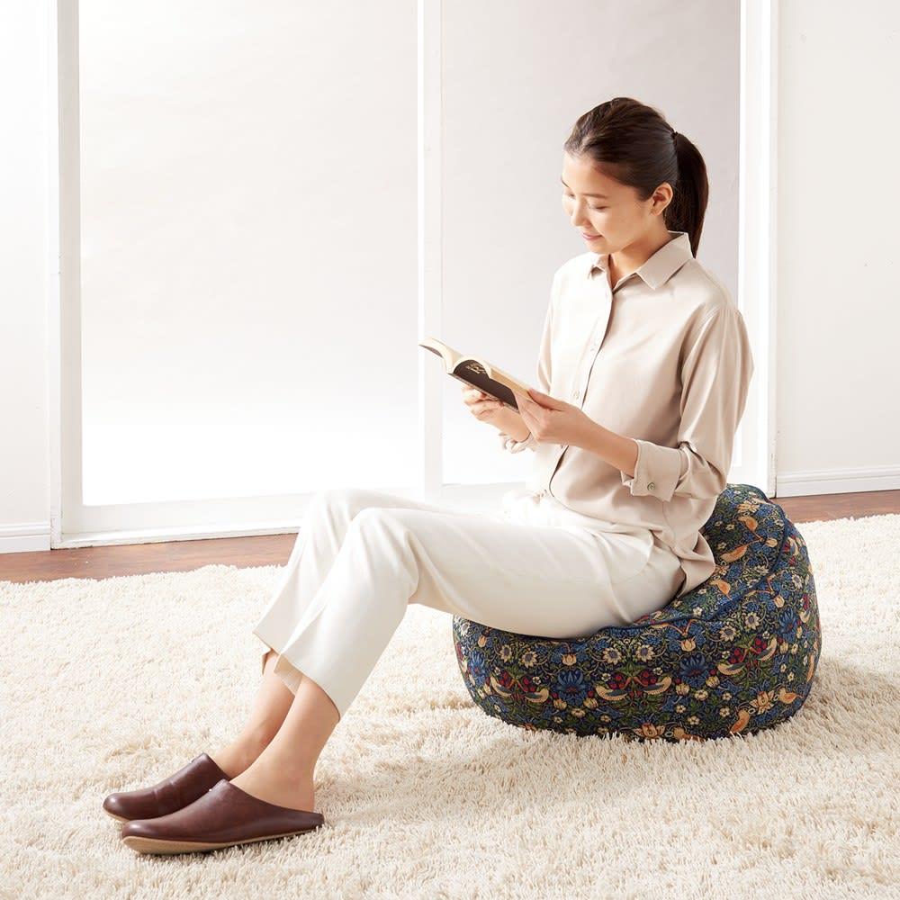 いちご泥棒柄 ビーズクッション あえて伸縮性のない生地を使用しているので、座っても型くずれしにくくなっています。