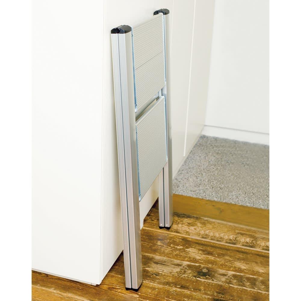 薄型アルミステップ ホワイト 折り畳み時の厚さは、すき間にすっきり納まる約4.8cm。 ※お届けはホワイト色になります。