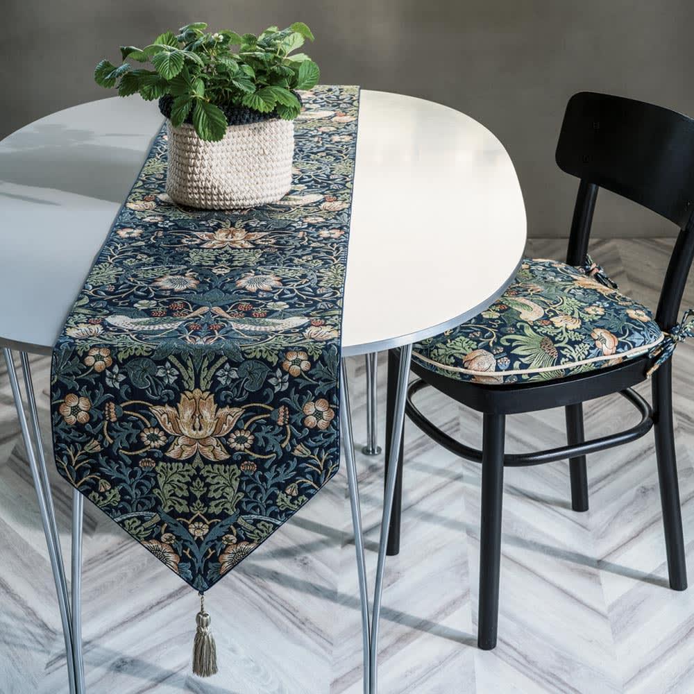 モリスデザインスタジオ ジャカード織テーブルランナー 〈いちご泥棒〉 [コーディネート例] (ア)ダークブルー系 ※お届けはテーブルランナーです。