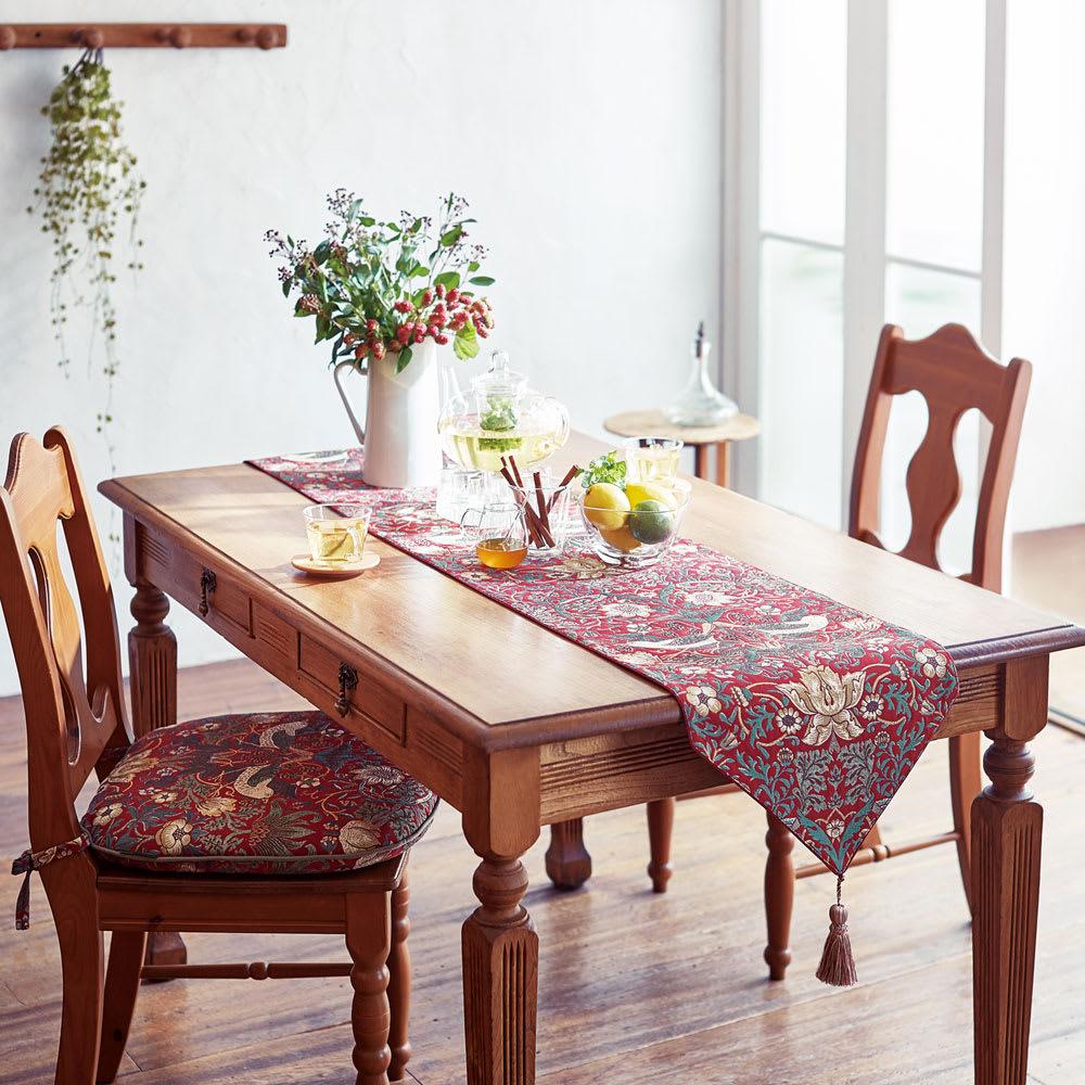 モリスデザインスタジオ ジャカード織テーブルランナー 〈いちご泥棒〉 [コーディネート例] (イ)レッド系 ※お届けはテーブルランナーです。