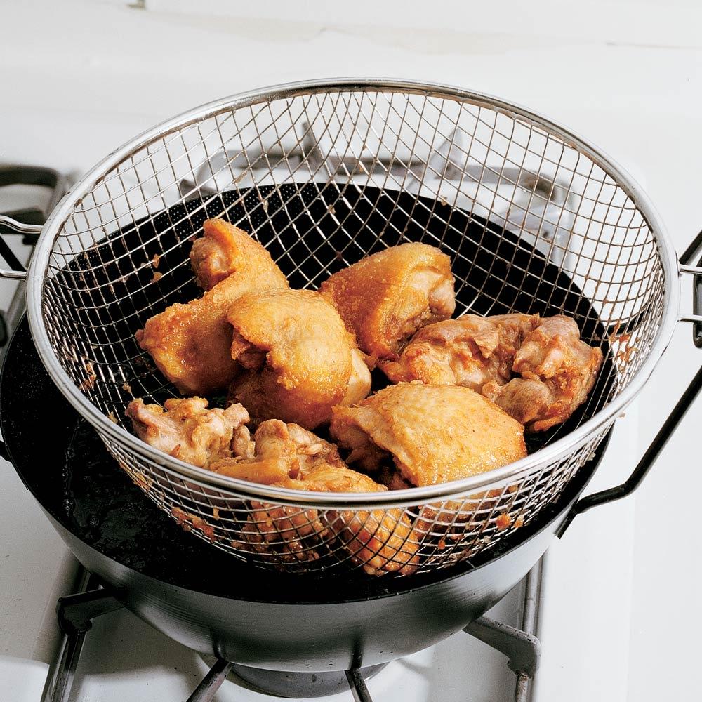 鉄の揚げ鍋3点セット 大きな鶏肉も二度揚げすれば中まで火が通ります。