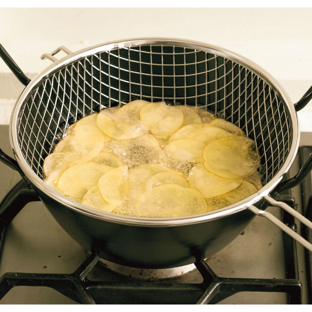 鉄の揚げ鍋3点セット スライサーで薄く切ったジャガイモを、カゴの中に入れて一気に油の中へ。