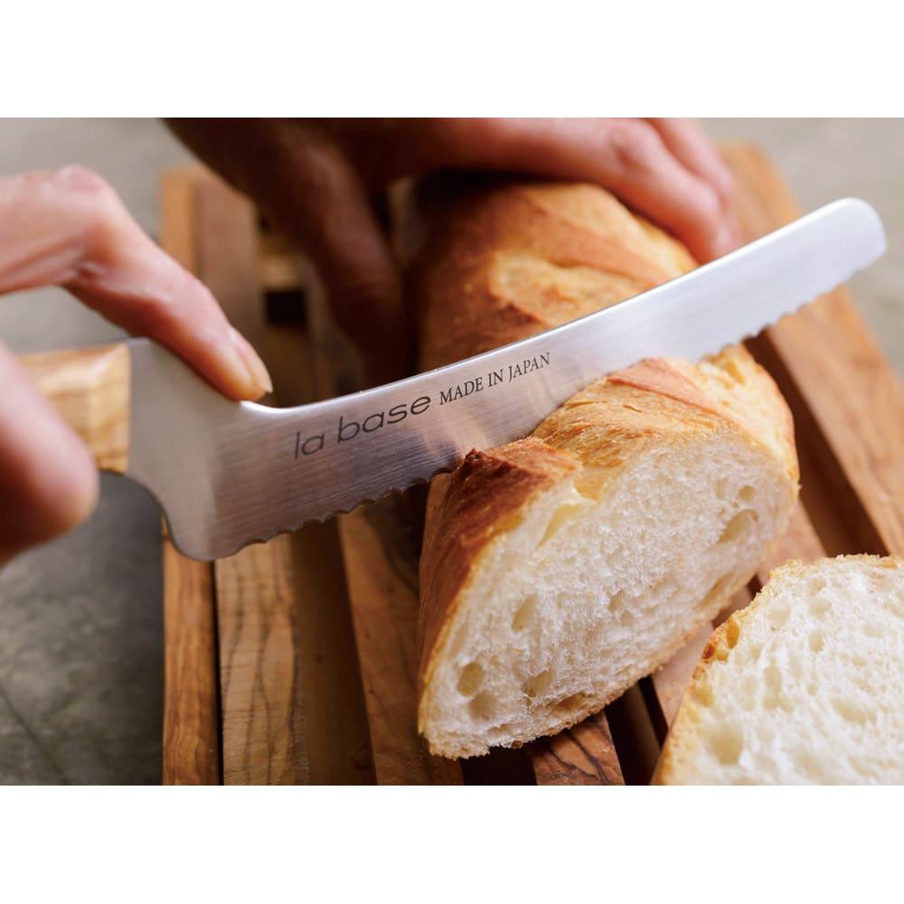 有元葉子のラバーゼ包丁 パン切り包丁 パン切り包丁 一般的なパンナイフより刃が短いので持ちやすく、切りやすいです。柄に角度があるので、指がまな板に当たらずにラクに切れるのも画期的。お届けするナイフの右面にはla base MADE IN JAPANの文字は入りません。