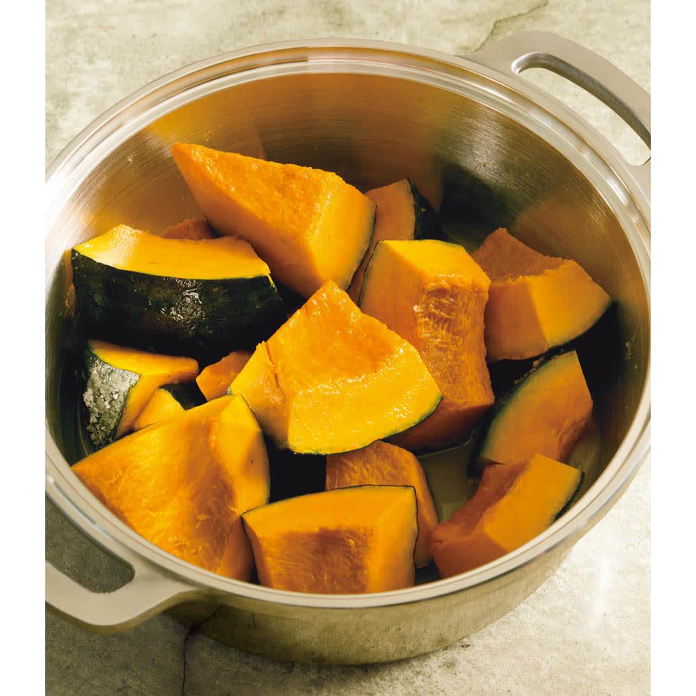 IHでも使える無水鍋 大きめの乱切りにしたカボチャを無水鍋に入れ、砂糖と塩をまぶして20~30分おいておく。こうしておくと、カボチャから水分が出ます。