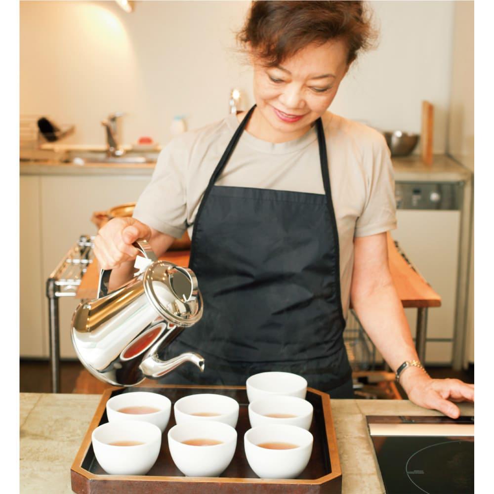 有元葉子のステンレスケトル 「大人数にお茶を出したいとき。このケトルで素早くお湯を沸かしたら、ティーバッグをじかに入れてしまうわけ。それで茶碗に注げば、お湯の切れがいいケトルだから、本当にスムーズにお茶が入れられます」