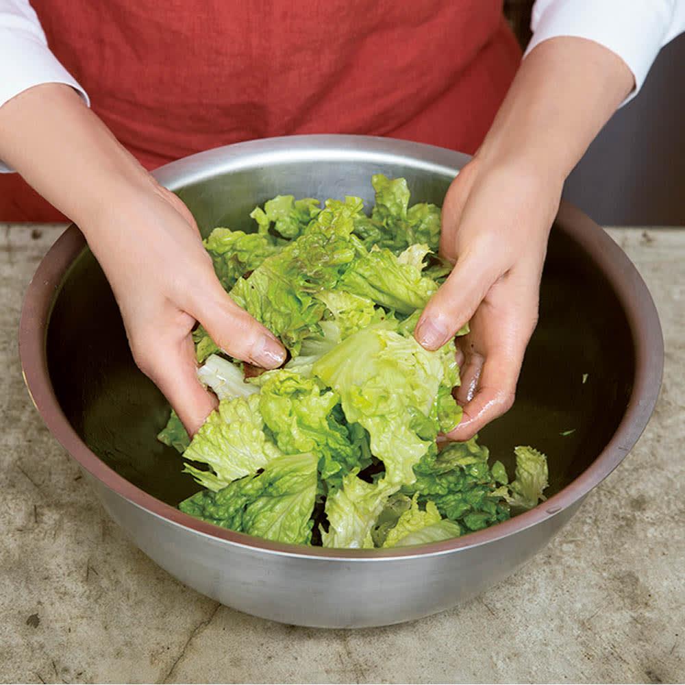 有元葉子のラバーゼ ボウル3点セット 大ボウルはサラダづくりには必須です。ふんわりと空気を含ませながら、ドレッシングを1枚1枚にきちんと絡めるのがおいしいサラダのコツです。