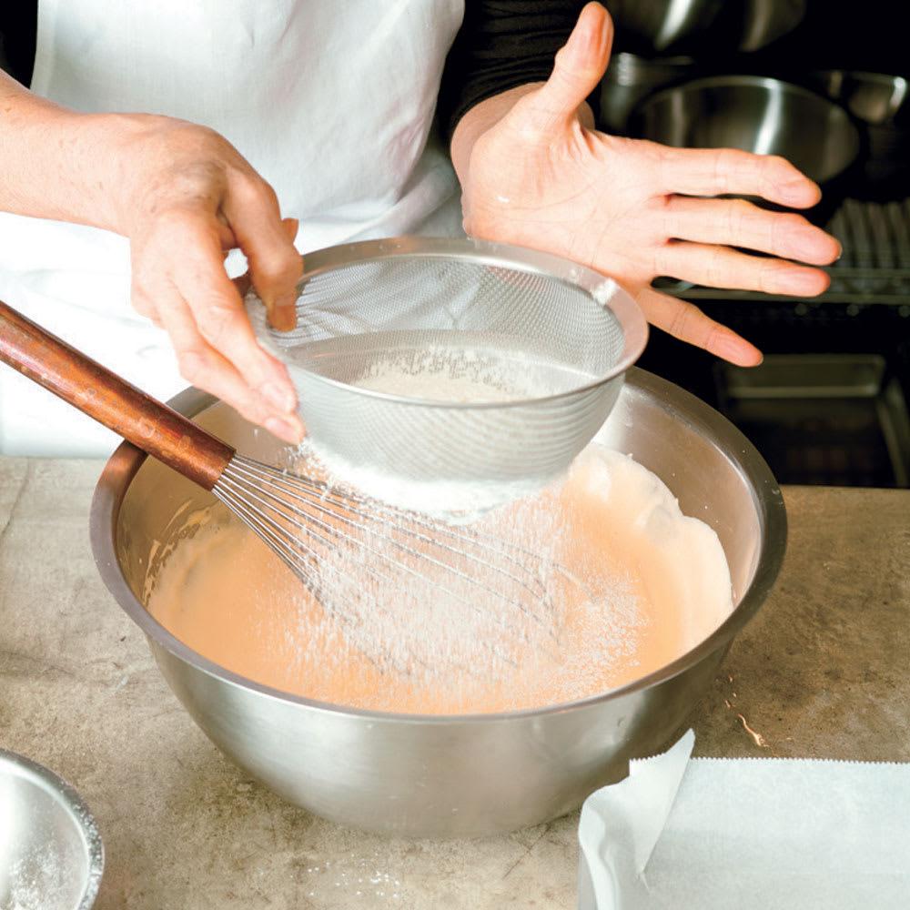 有元葉子のラバーゼ ボウル3点セット ボウルの大サイズ使用。 ケーキなどの生地を混ぜるときやハンバーグづくりなどにも大ボウルを使うと大きくざっくりかき回せるので便利です