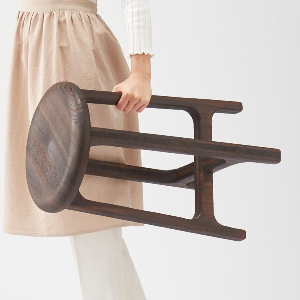 桐のスツール (イ)焼杢(やきもく) 重いものが多い中で、本品は1.7kgと驚きの軽さ。邪魔なときはすぐに移動できる手軽さが◎。