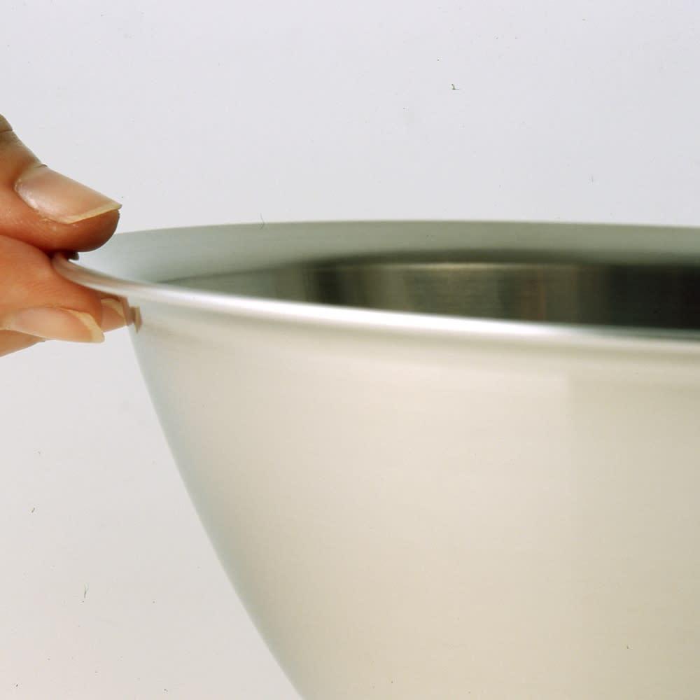 オールラウンド ボウルズ 縁に巻き込みがないので、汚れが溜まりにくく液だれしにくくどこから注いでも液だれしにくいです。