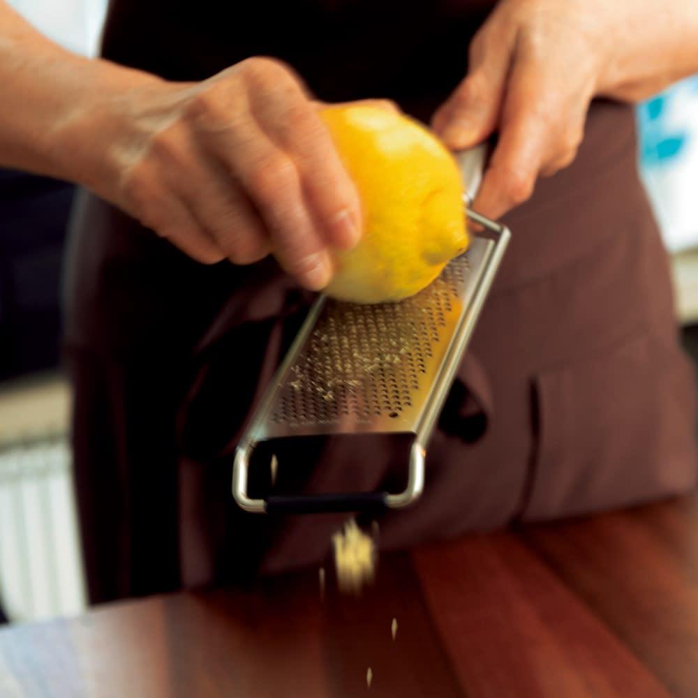 マイクロプレイン・プロシリーズ ステンレス製ゼスター おろし金 レモンクリームパスタ 黄色いところだけをふわっとすりおろせるんです。