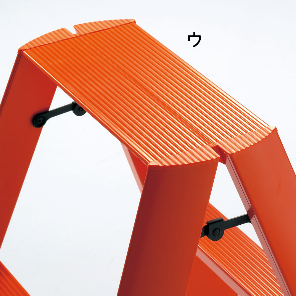 METAPHYS/メタフィス アルミステップ ルカーノ 小(2段タイプ) 広げればしっかり安定感があり、ワンタッチバーにより簡単に折りたたみできます。ステップ部には滑り止めの溝が刻まれた安全設計。