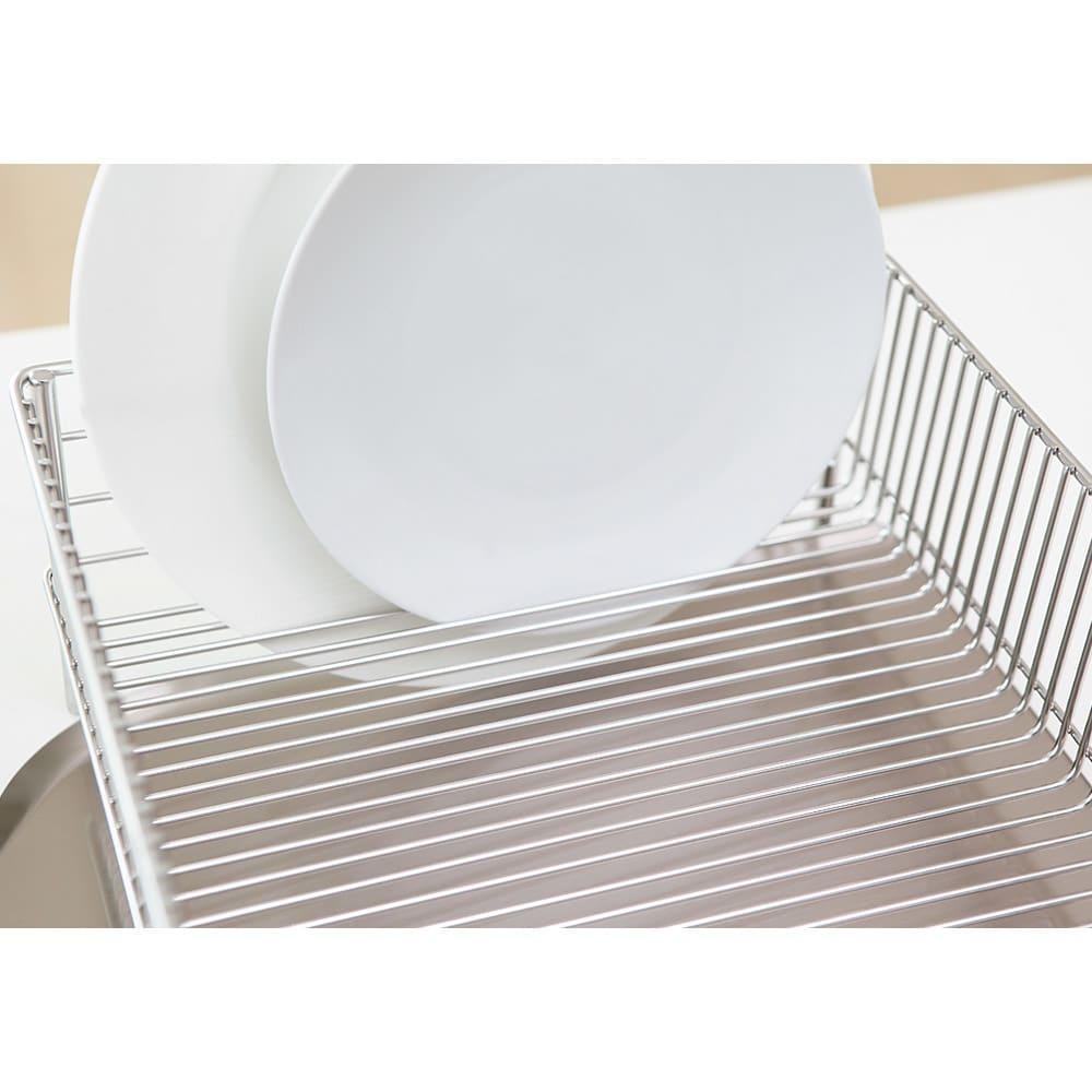 有元葉子のラバーゼ 水切りカゴセット 小 丈夫なワイヤーだから皿をすき間にさして立てておけます。カゴ内に余計な仕切りがないので、想像以上の収納力です。