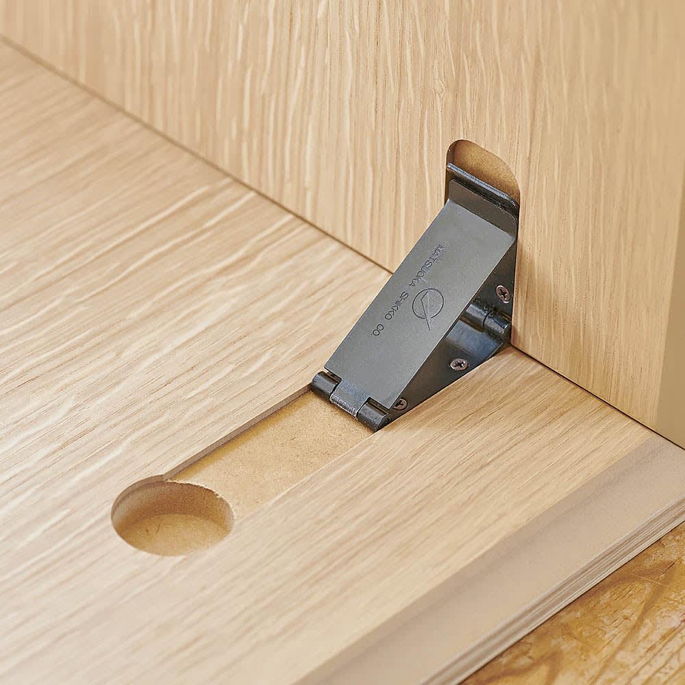 Slim すっきり折りたたみ可能なテーブル105 扱いやすく、すっきりと仕上げるため金具にもこだわりました。