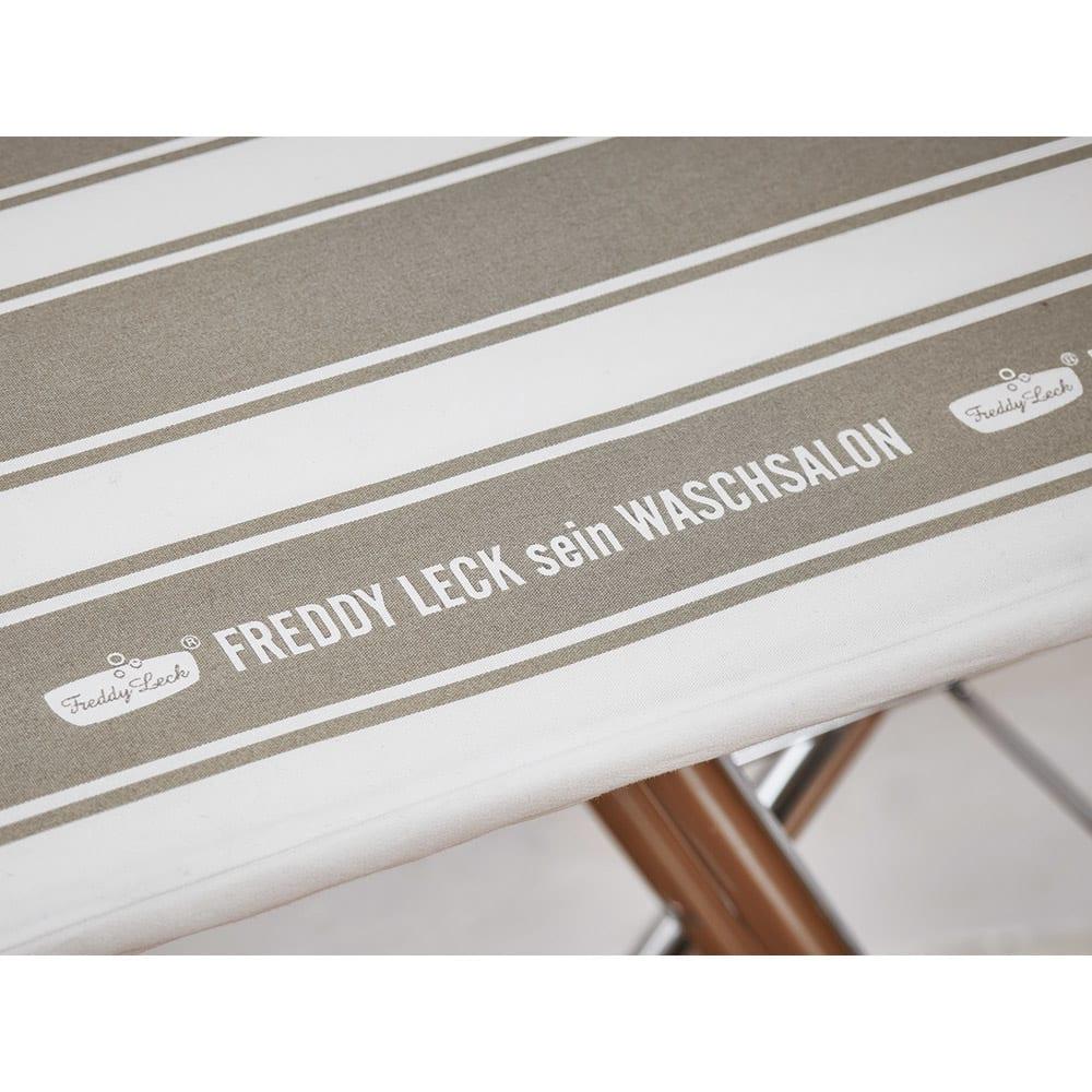 フレディ サイトウ アイロニングボード スタンドタイプ カバーはフレディレック・ウォッシュサロンのロゴ入りのおしゃれなストライプ柄。