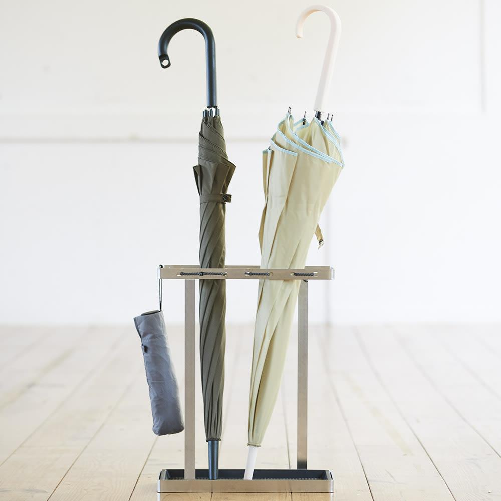 折りたたみ傘もかけられる ステンレス製スマート傘立て シンプルで使いやすく、傘を差した時にでも美しくみえるフォルムに。