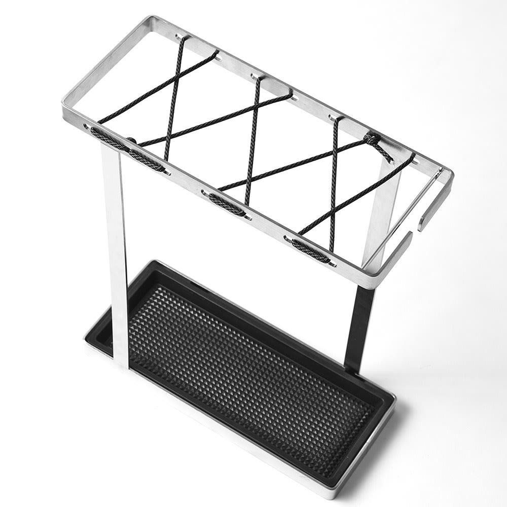 折りたたみ傘もかけられる ステンレス製スマート傘立て (ア)モノトーン/ブラック モノトーンカラーの紐の受け皿はブラックカラー。モダンでシックな装いです。