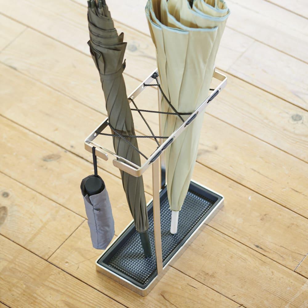 折りたたみ傘もかけられる ステンレス製スマート傘立て 傘の受け皿は、取り外しができるから水滴もたまりません。