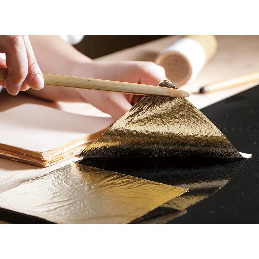 HAKU LA TABLE(ハク ラ ターブル) テーブルマット1枚(約30×40cm) 千枚重ねて、ようやく1万円札の厚さになるという金箔。独自の箔加工技術で、1点1点職人が仕上げる『HAKU LA TABLE』は、メイド・イン・ジャパンの特別なプロダクトです。