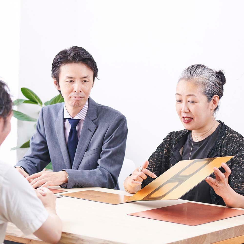 HAKU LA TABLE(ハク ラ ターブル) テーブルマット1枚(約30×40cm) 箔一のブランドディレクター鶴本氏との対談風景