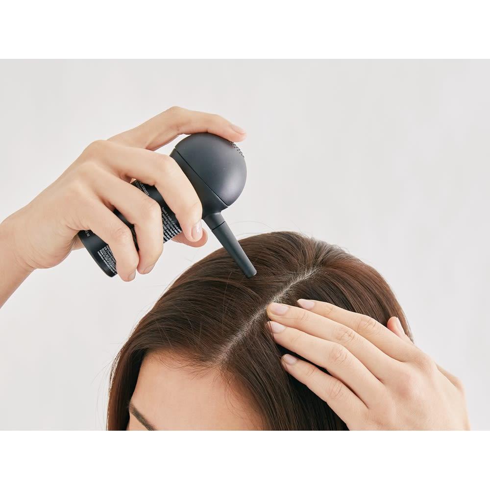 TOPPIK/トピック スターターキット 乾いた髪に吹きかけて、軽く手で押さえてなじませて。生え際はヘアーラインオプティマイザーをあてれば自然な仕上がりに。付着したケラチン繊維が落ちないように、ホールドスプレーをかけて仕上げます。
