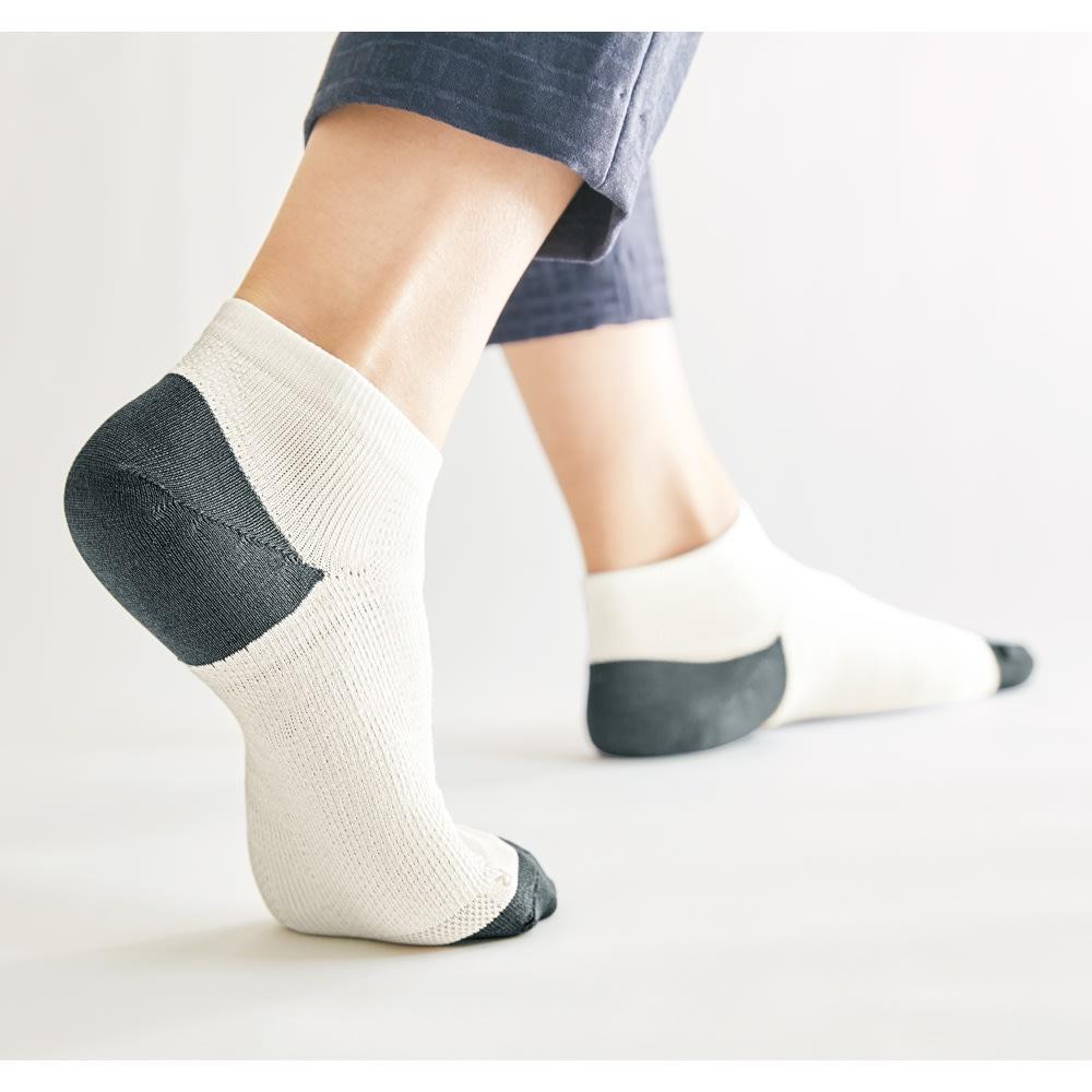 日本製 歩行サポートソックス 3色組 コーディネート例 アクティブな動きにも対応するホールド力 かかと部分はやや深めで立体的。足を包み込むような作りで、足をしっかりホールドします。