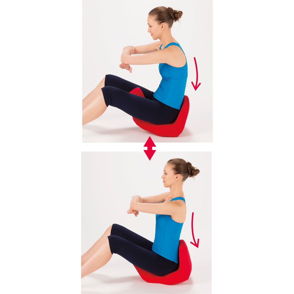Micaco(ミカコ)監修 骨盤ビューティー コアスリム 《2.緩める》 ロッキングチェアを揺らす要領で、カーブに沿って骨盤を前後に動かすことで、固まってしまった骨盤周りの筋肉や筋をストレッチ。同時に腹筋も刺激。