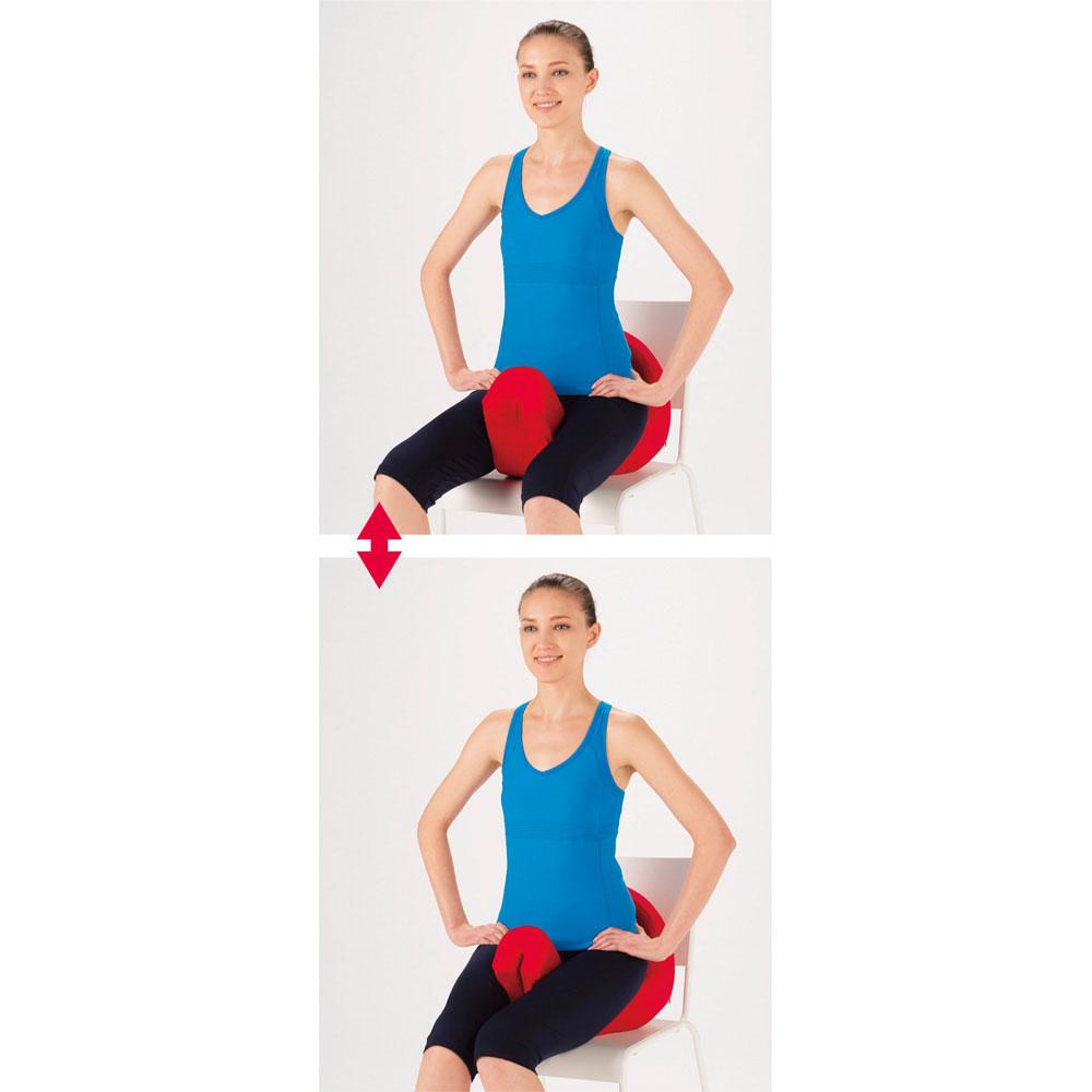 Micaco(ミカコ)監修 骨盤ビューティー コアスリム 《3.引き締める》 ももの内側で挟むことで骨盤周りの筋肉や内転筋を引き締め、ストレッチで緩めた状態の骨盤周りを美しい位置で支えられるようにキープ。