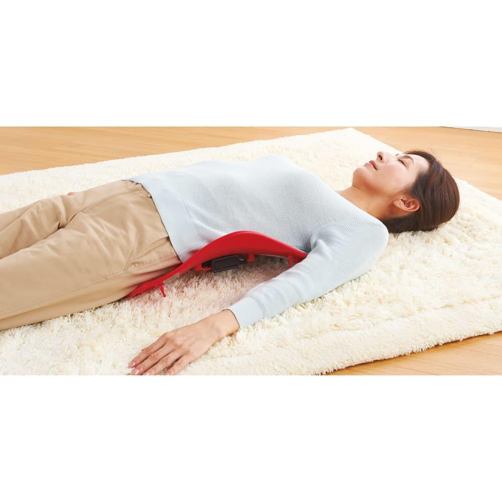 パーフェクト2WAY バックレスト 寝て使って背伸び運動に。腰から背中、肩までが伸びて心地よいストレッチに。